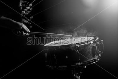 Fototapeta Mężczyzna gra werbla na słabym świetle.