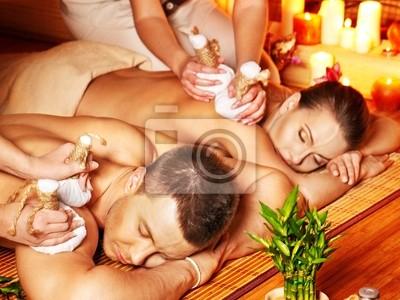 Mężczyzna i kobieta coraz masażu ziołowego piłkę w spa.