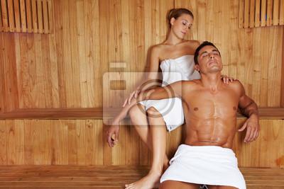 Mężczyzna i kobieta, relaks w saunie