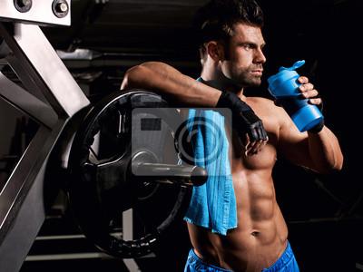 aa278e21db1190 Fototapeta Mężczyzna na siłowni picia z mieszalnika na wymiar ...