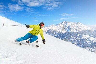 Fototapeta Mężczyzna narciarz w górach