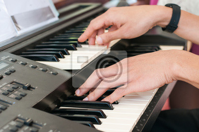 Mężczyzna ręce gry na pianinie