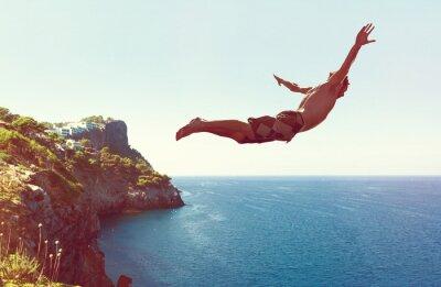 Fototapeta Mężczyzna skacze z klifu do morza