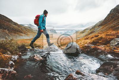 Fototapeta Mężczyzna solo podróżny backpacker wycieczkuje w scandinavian górach przygody podróży stylu życia aktywnej zdrowej wakacje