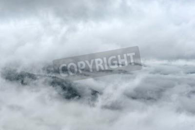 Fototapeta Mgła i chmury górskiej wiosny krajobraz doliny