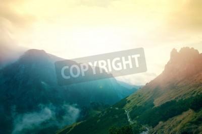 Fototapeta Mgła w górach. Fantasy i kolorowe krajobraz przyrody. Natura konceptualnych.