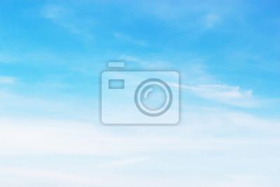 Fototapeta Miękkie białe chmury przed niebieskim tle nieba i puste miejsce na swój projekt