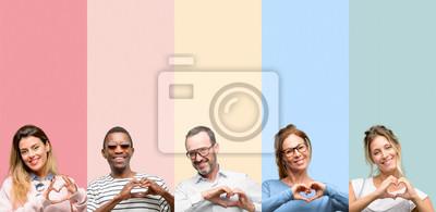 Fototapeta Mieszane grupy osób, kobiet i mężczyzn szczęśliwy Wyświetlono miłość z rąk w kształcie serca, wyrażając zdrowe i małżeństwo symbol