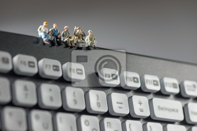Fototapeta Miniaturowe robotnicy siedzą na górze klawiatury. Koncepcji technologii