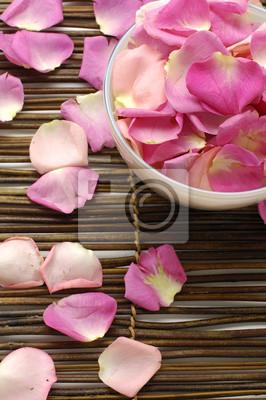 Miska z płatki róż na maty bambusowe spa.