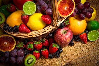 Fototapeta Mix świeżych owoców na wiklinowym bascket