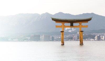 Fototapeta Miyajima Torii unosi się na pełnym morzu pływu.