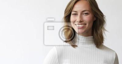 Młoda brunetki kobieta na białym tle ono uśmiecha się i śmia się kamera