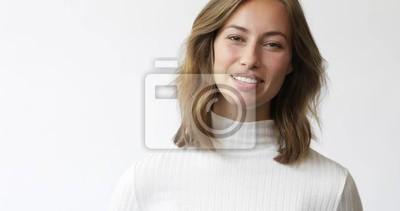 Młoda brunetki kobieta na białym tle ono uśmiecha się i śmia się kamery zbliżenie