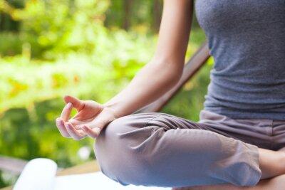Fototapeta Młoda dziewczyna robi joga (lotosu) w parku