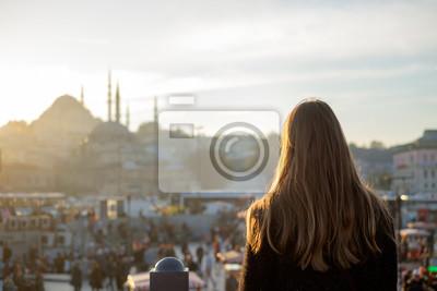 Fototapeta Młoda dziewczyna wygląda na podróżujących Meczet w Stambule