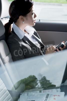 Fototapeta Młoda kobieta chińskich biznes wewnątrz samochodu