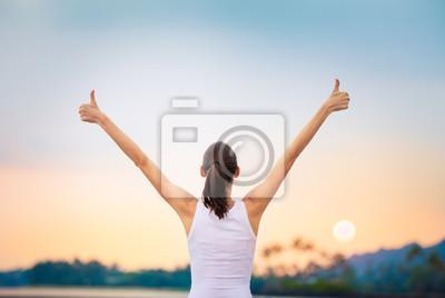 Fototapeta Młoda kobieta czuje się szczęśliwy i pozytywny. Koncepcja motywacyjna.