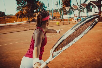 Fototapeta Młoda kobieta gra w tenisa