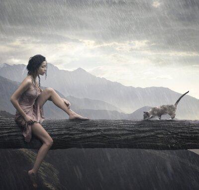 Młoda kobieta i kot na pniu
