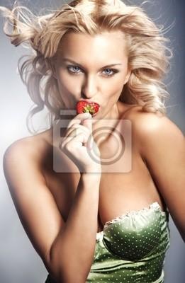 Młoda kobieta jedzenie truskawek