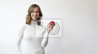 młoda kobieta na białym tle z czerwonym jabłkiem uśmiecha się i śmieje się slowmotion