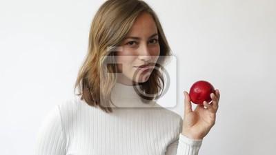 młoda kobieta na białym tle z czerwonym jabłkiem uśmiecha się i śmieje zbliżenie slowmotion