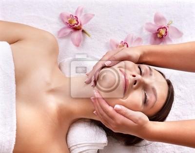 Młoda kobieta na masaż tabeli w spa.