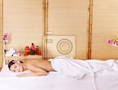 Młoda kobieta na masaż tabeli w spa. Series.