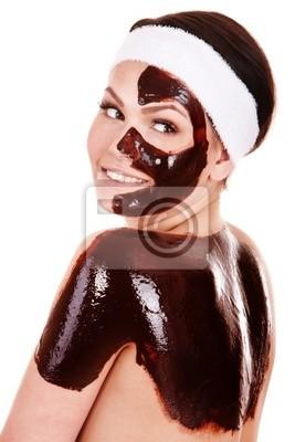 Młoda kobieta o czekoladowe Maseczka kosmetyczna.