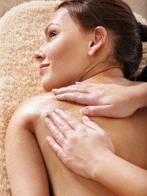 Młoda kobieta o masaż klasyczny.