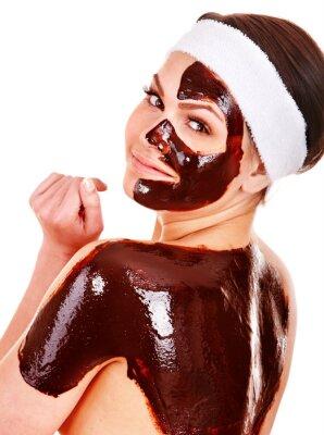 Młoda kobieta o twarzy maski czekoladowe.