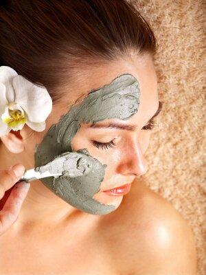 Młoda kobieta posiadające gliny organ maski.