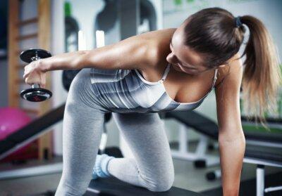 Fototapeta Młoda kobieta robi ćwiczenia triceps