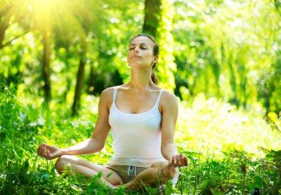Fototapeta Młoda kobieta robi joga ćwiczenia odkryty