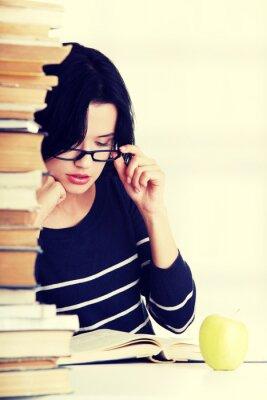 Fototapeta Młoda kobieta student studiuje na biurko