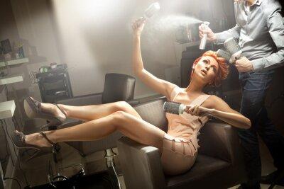 Fototapeta Młoda kobieta stwarzających w pokoju fryzjerski