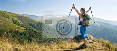 Fototapeta Młoda kobieta turystyka w górach