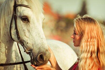 Fototapeta Młoda kobieta w pobliżu konia