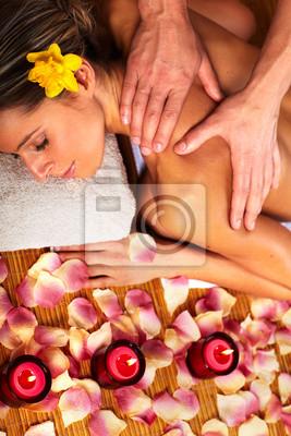 Młoda kobieta w salonie spa z hydromasażem.