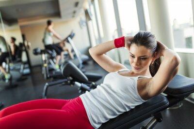 Fototapeta Młoda kobieta w siłowni