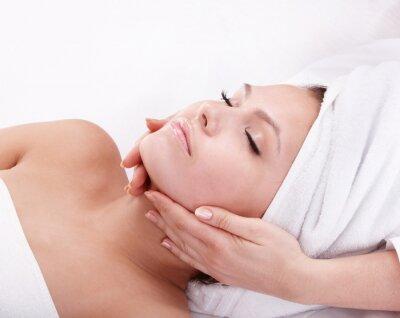 Młoda kobieta w spa. Masaż twarzy .
