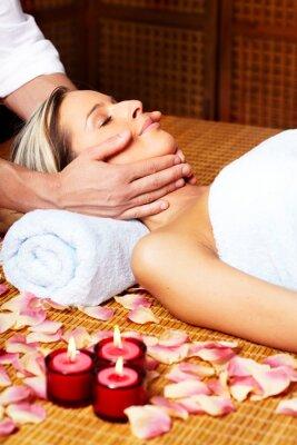 Młoda kobieta w spa salon masażu.