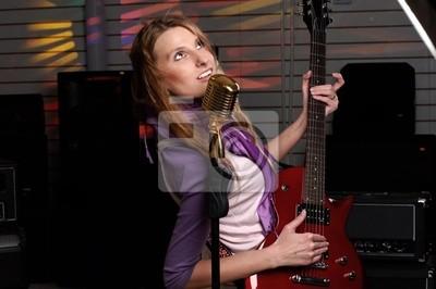 Fototapeta młoda kobieta z gitara rock