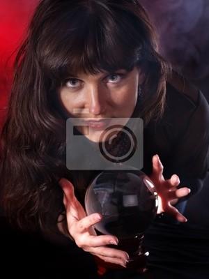 Młoda kobieta z kryształowej kuli .