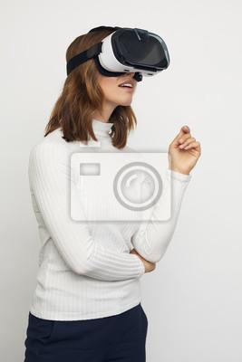młoda kobieta z myślenia okulary VR