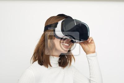młoda kobieta z okularami VR