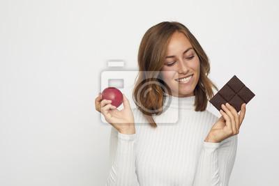 młoda kobieta z owocami i czekoladą