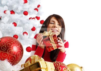 Fototapeta młoda kobieta z pudełko obok białego choinki