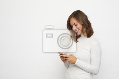młoda kobieta z telefonu komórkowego patrząc w dół